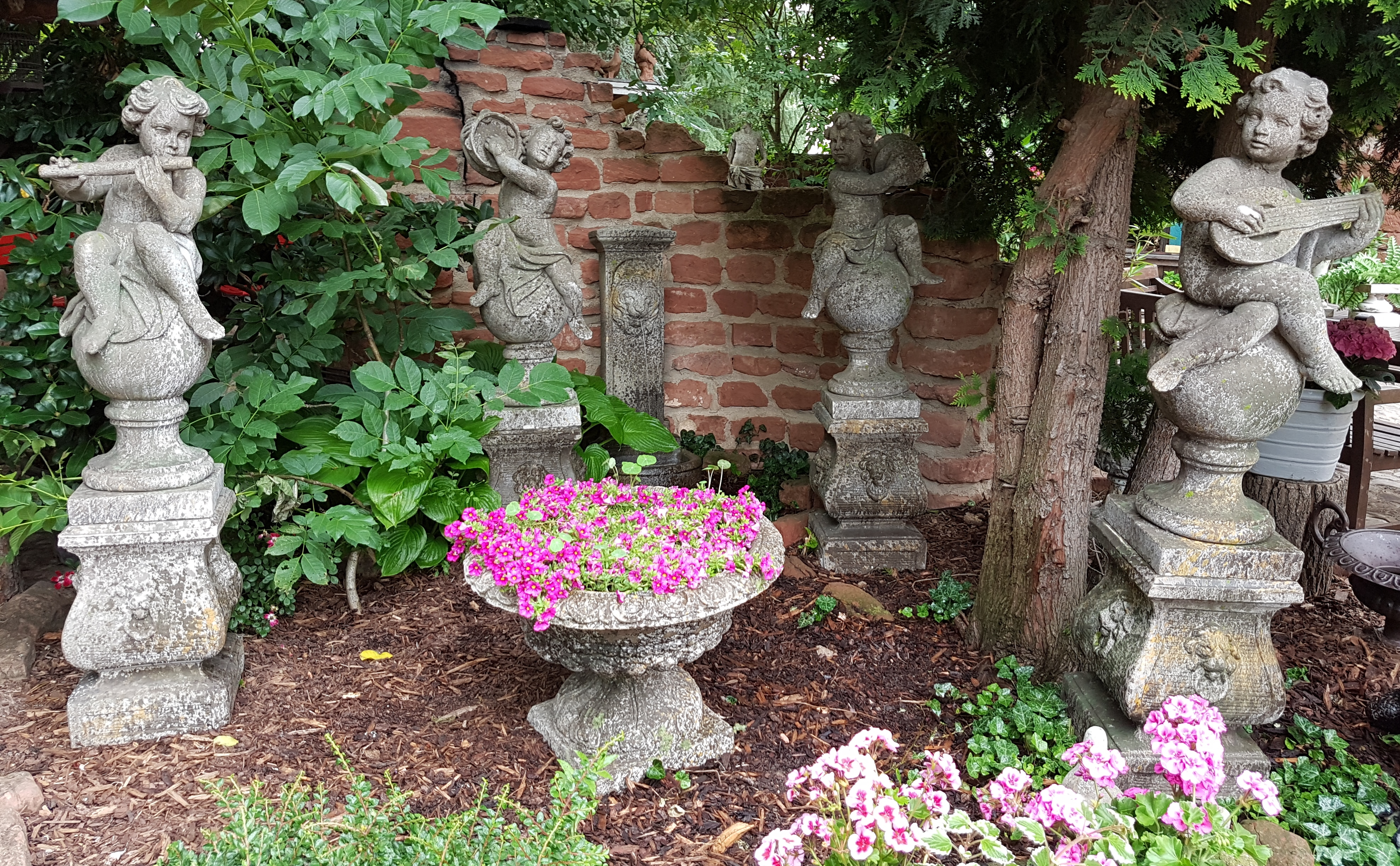 Putten Und Engel Rendezvous Im Garten