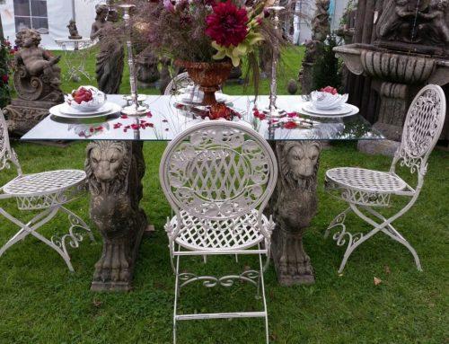 Tisch mit Glasplatte & Stühlen