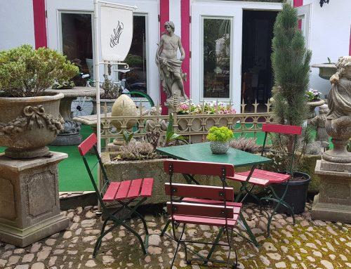 Grüner Gartentisch mit 3 Stühle