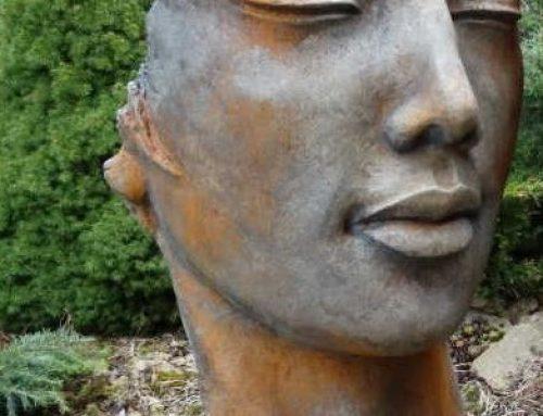 Gesicht Frau Laura Inkl. Platte aus Steinguss mit Rosteffekt