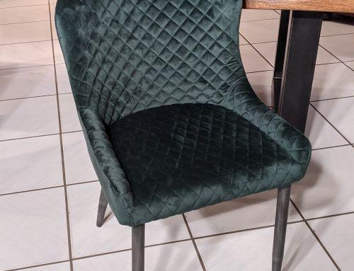 Design Stuhl Waldgrün Samt im Retrostil mit Ziersteppung